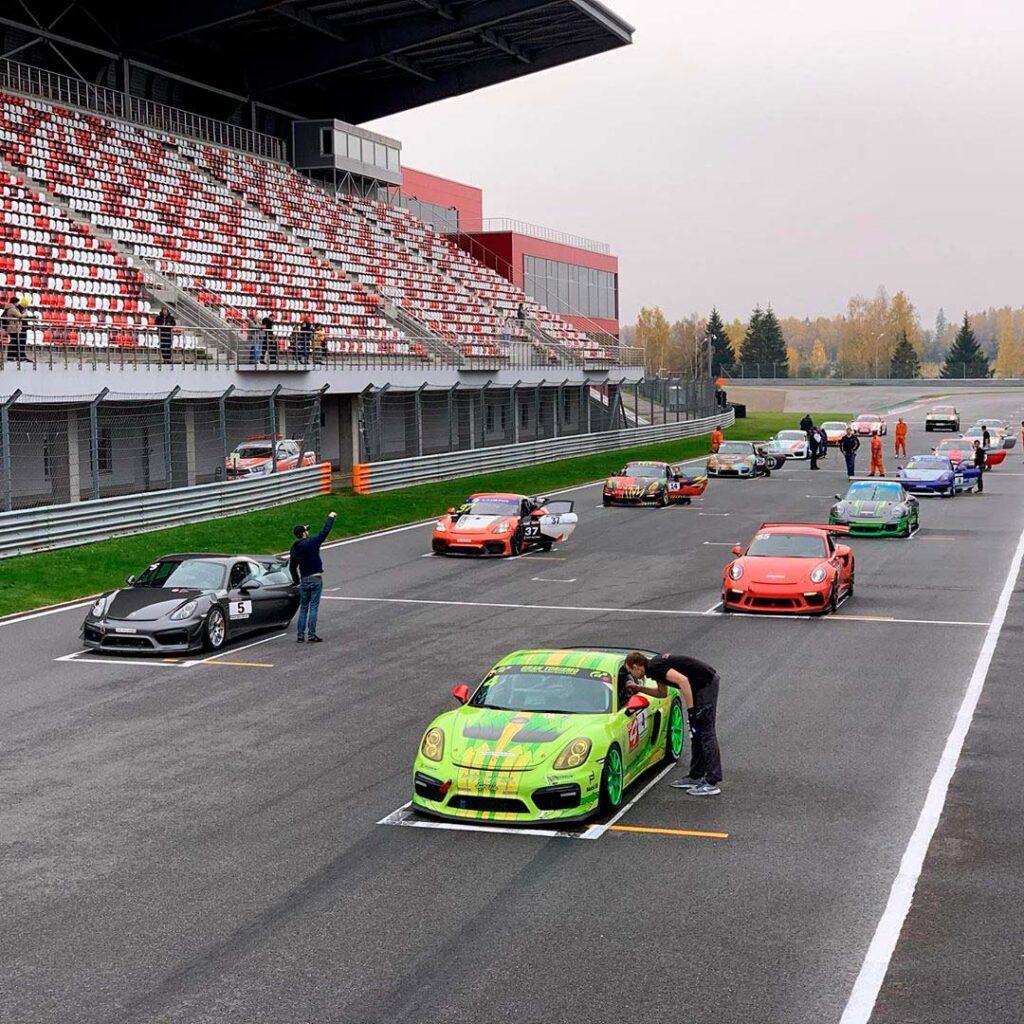 Гоночные машины на трассе Moscow Raceway