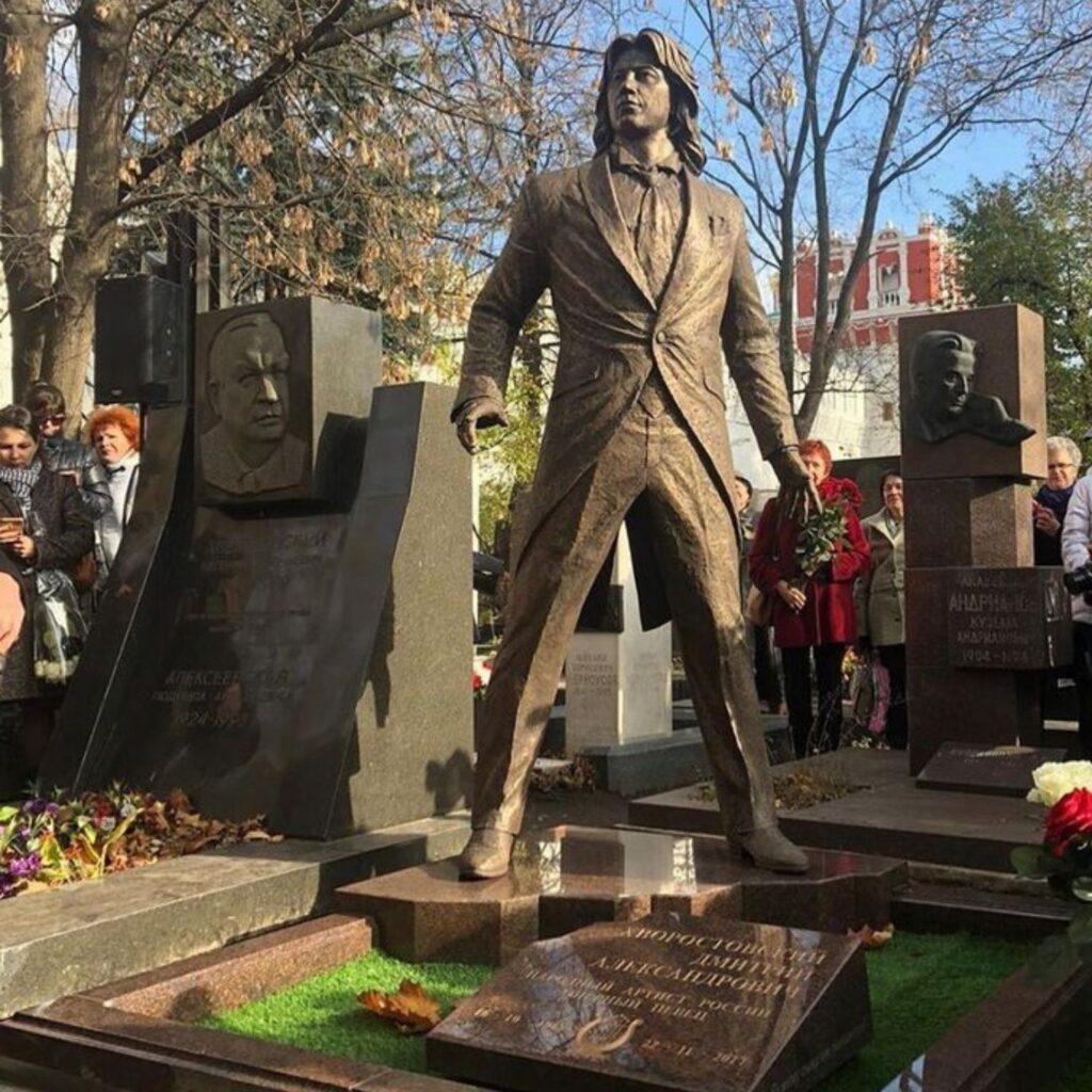 памятник Хворостовскому