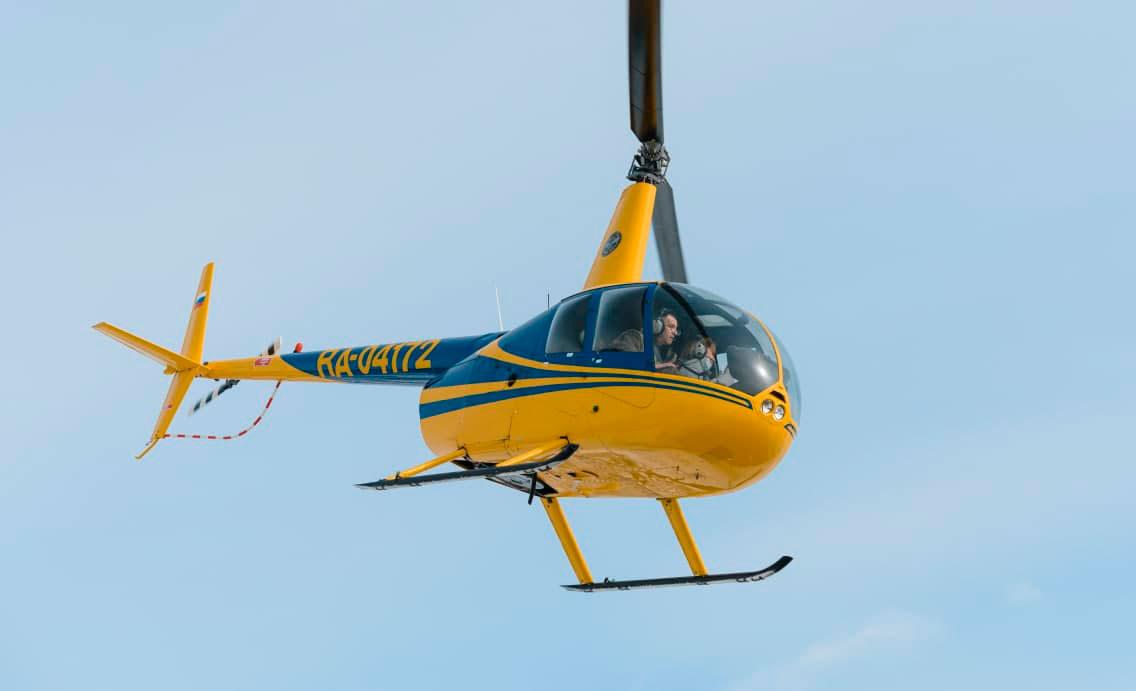 Вертолет Robinson R44 в небе