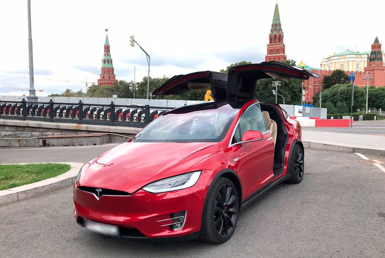 Tesla X на фоне Красной площади