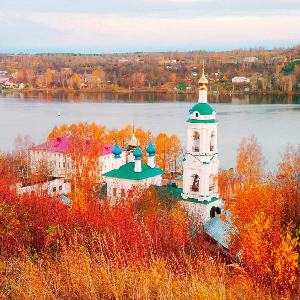 Церковь в городе Плёс осенью