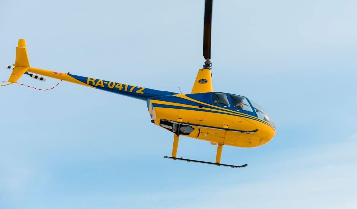 """Вертолет Robinson R44 в полете от компании """"Captour"""""""