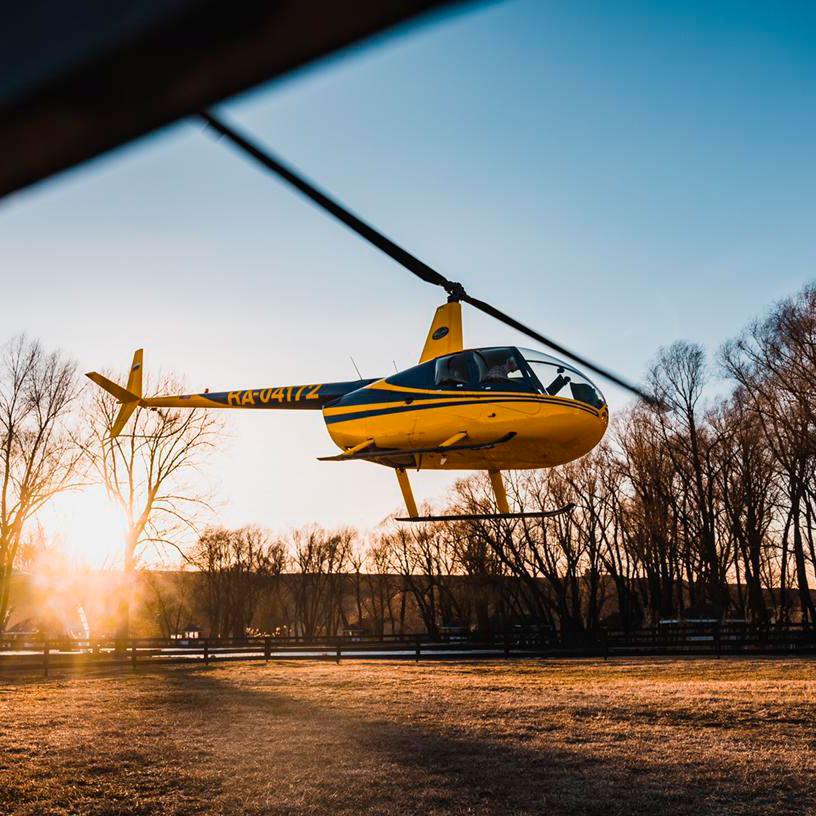 """Вертолет Robinson R44 улетает на полет в Мышкин от компании """"Captour"""""""