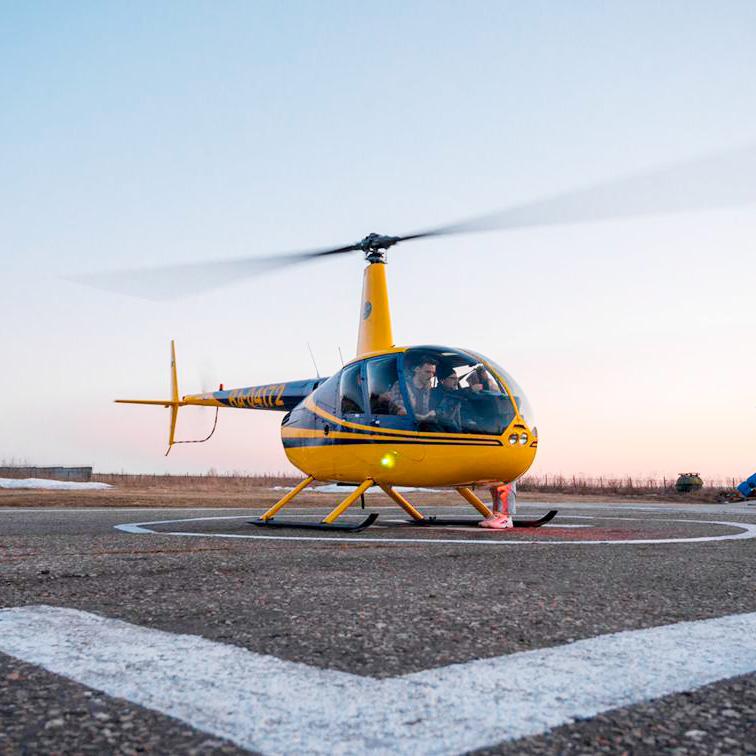Вертолет Robinson R44 готовится к взлету от Captour