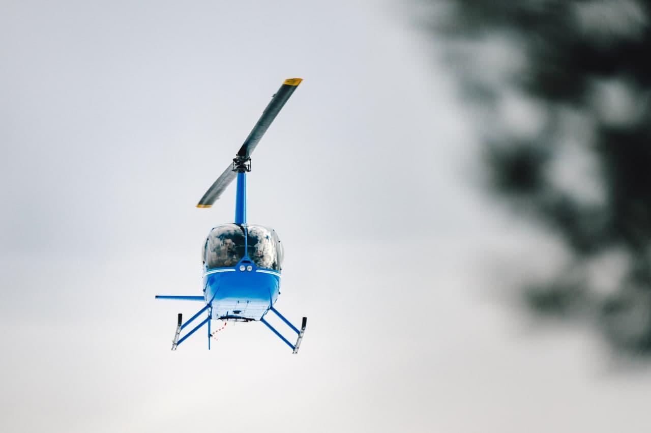 """Вертолёт в небе при полете от компании """"Captour"""""""