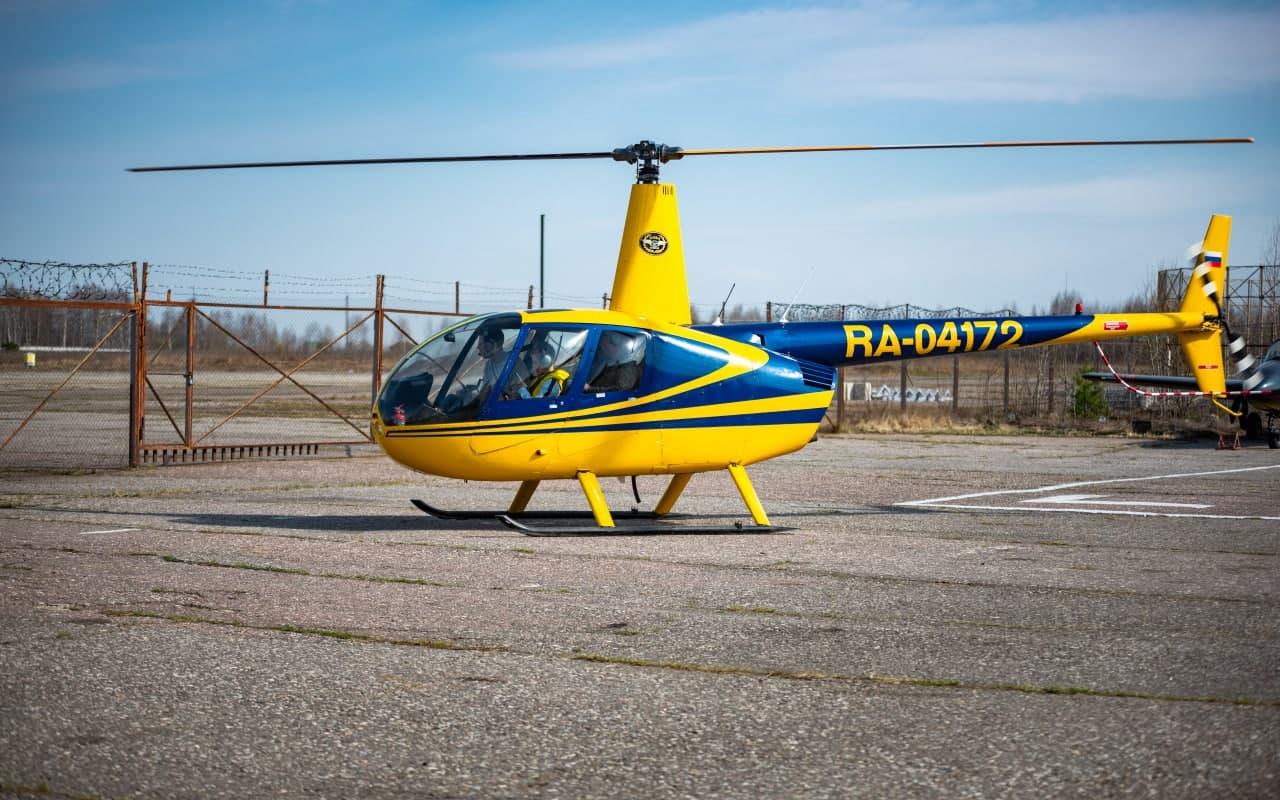 Вертолет Robinson R44 готовится к взлёту