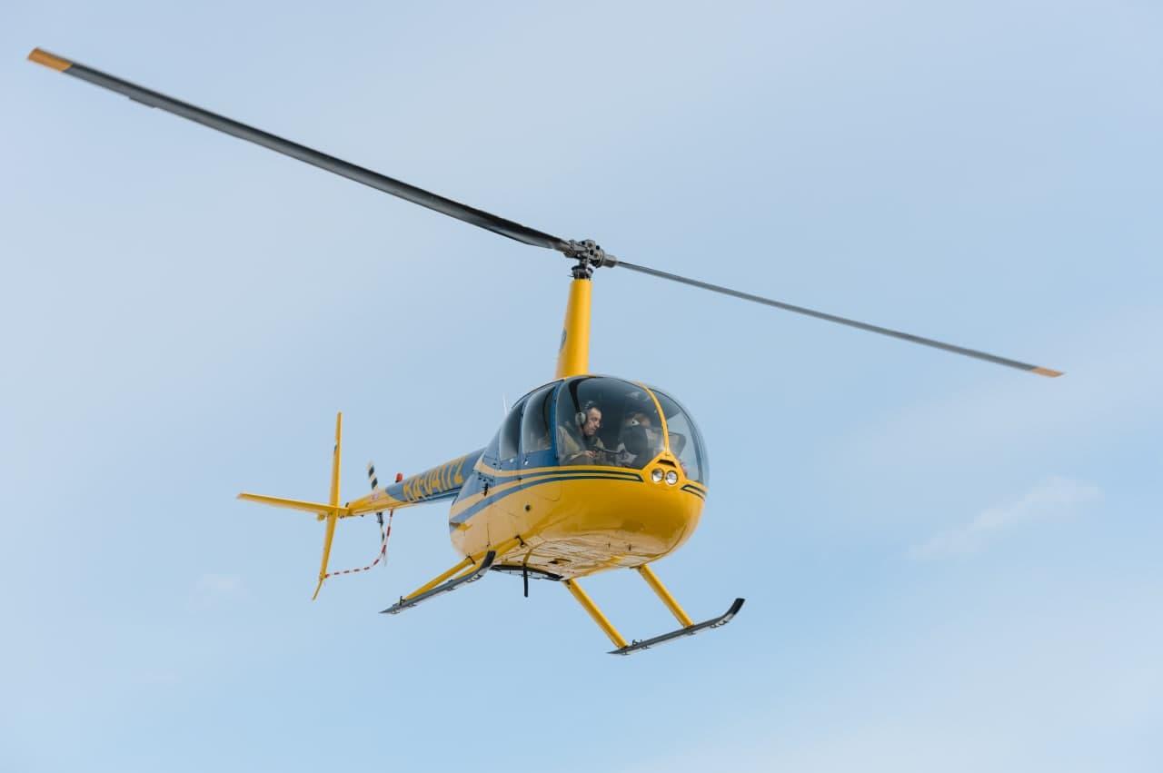 """Вертолёт Robinson R44 в полете от компании """"Captour"""""""