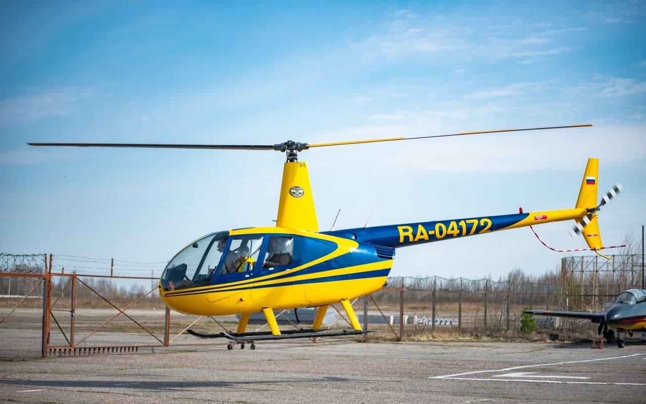 """Вертолёт Robinson R44 взлетает от компании """"Captour"""""""