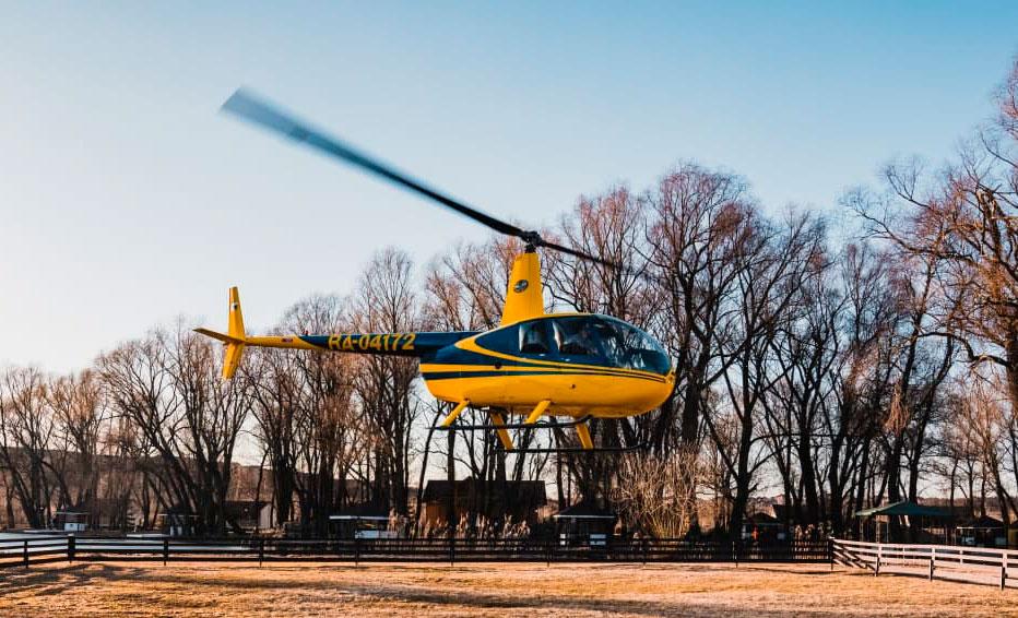 """Вертолет Robinson R44 в небе в полете от компании """"Captour"""""""