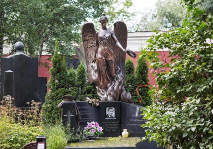 Памятник Починок на Новодевичьем кладбище