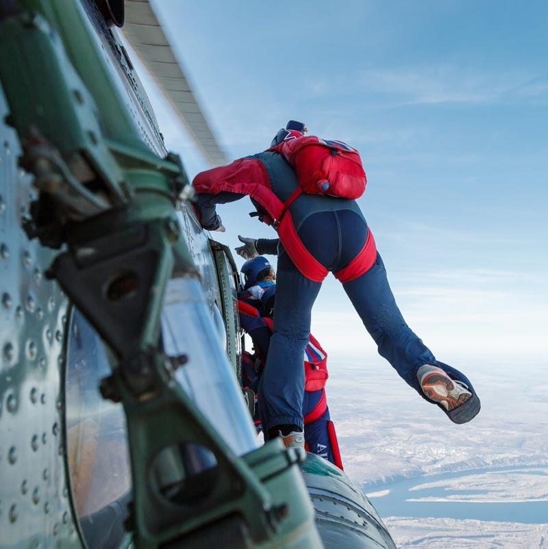 """Девушка прыгает из самолета с парашютом от компании """"Captour"""""""